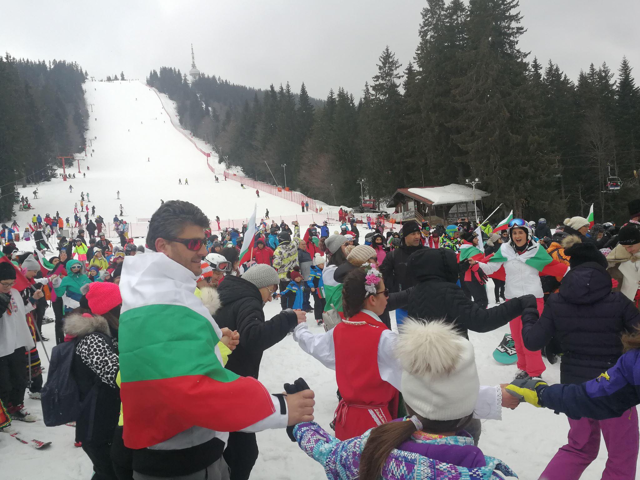 2c72dcb5339 Над 800 скиори взеха участие в голямото ски спускане с народни носии в  Пампорово